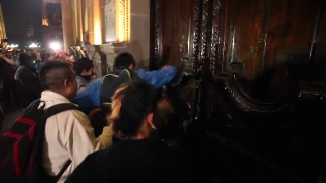 tres personas han muerto durante la semana de protestas por el aumento de combustibles en mexico mientras el presidente enrique pena nieto reprobo el... - gasolina stock videos & royalty-free footage