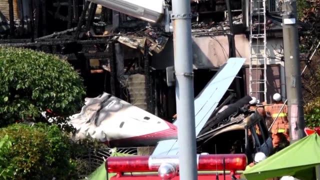 tres personas murieron al estrellarse un avion de turismo este domingo en una zona residencial de tokio - avion video stock e b–roll