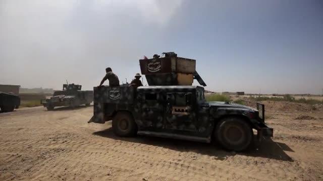 tres semanas despues del inicio de la ofensiva de las fuerzas progubernamentales los soldados del grupo yihadista estado islamico siguen defendiendo... - irak stock videos and b-roll footage