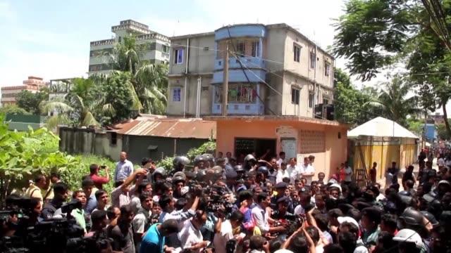 tres yihadistas murieron el sabado en banglades durante un enfrentamiento con la policia - restaurante stock videos & royalty-free footage