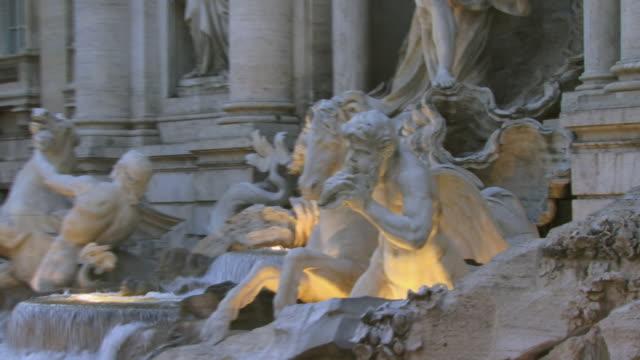 vídeos de stock, filmes e b-roll de cu, zo, ms, trevi fountain at dusk, rome, italy - ponto turístico internacional