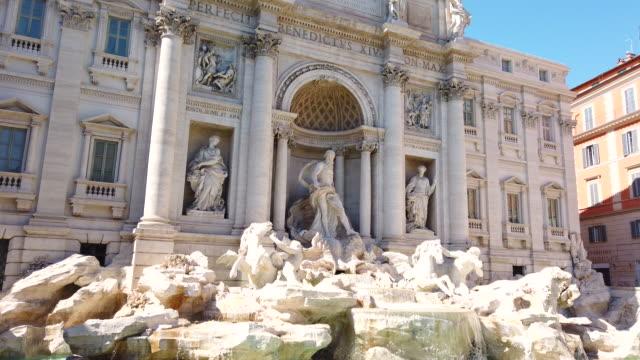 trevi fountain in rome, italy - fontana struttura costruita dall'uomo video stock e b–roll