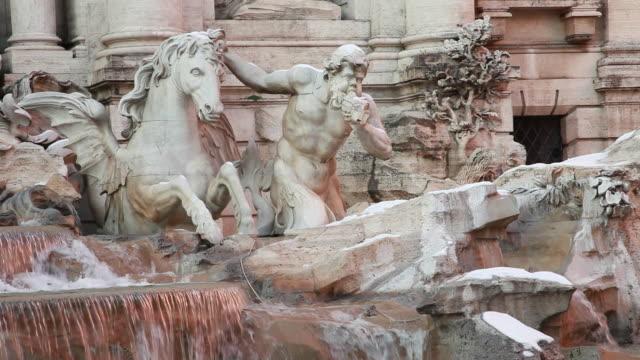 vidéos et rushes de trevi fountain / rome, italy - statue