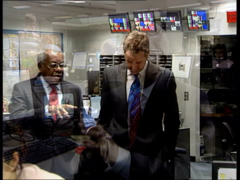 trevor mcdonald reads his final itv news; england: london: gir: lms trevor mcdonald through newsroom with mark austin trevor mcdonald interview sot -... - トレバー マクドナルド点の映像素材/bロール