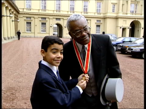 """trevor mcdonald reads his final itv news; tx buckingham palace: ext music overlay: stereophonics, """"have a nice day"""" trevor mcdonald posing with medal... - トレバー マクドナルド点の映像素材/bロール"""