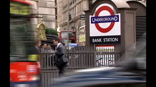 vídeos de stock, filmes e b-roll de trial continues of men accused of attempted bombings on 21st july 2005 ext underground sign for 'bank station' int track forwards onto number 26 bus... - número 26