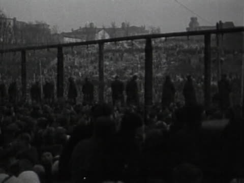 trial nazi criminals in kiev / trucks bring the condemned to gallows in main square, surrounded by crowds; criminals are executed by hanging. - hinrichtung stock-videos und b-roll-filmmaterial