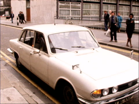 Trial of Jeremy Thorpe for attempted murder David Holmes arrives at court ENGLAND EXT Car stops and David Holmes out TX