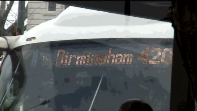 vídeos y material grabado en eventos de stock de trial of men accused of attempted london bombing on 2172005 golders green sign on wall to golders green station / coach with birmingham 420 on... - golders green