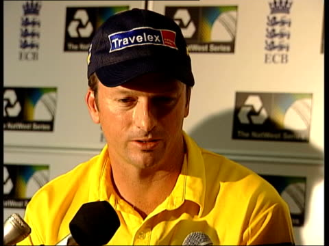 triangular series final: australia vs pakistan; itn steve waugh interviewed sot - could have been serious - pure luck it hit him in a spot that... - itv late evening bulletin点の映像素材/bロール