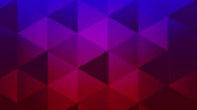 transizione video triangolare con sovrapposizione alfa e versione in entrata e in uscita - animazione 3d motion della transizione geometrica del video stock 4k a forma di triangolo - dissolvenza in apertura video stock e b–roll