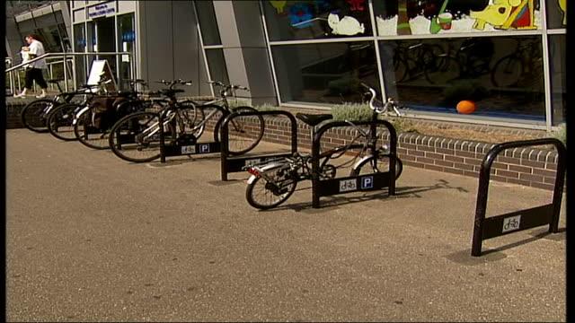 vídeos de stock e filmes b-roll de triathlete's bicycle stolen ahead of london triathlon; bicycles parked in bike racks outside leisure centre - triatleta