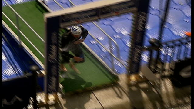 vídeos de stock e filmes b-roll de triathlete's bicycle stolen ahead of london triathlon; r06080516 london: sequence athletes competing in london triathlon 2005 - triatleta