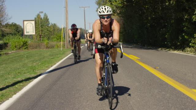vídeos de stock, filmes e b-roll de os triatletas treinamento para um triatlo - triatleta