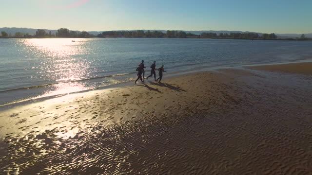 vídeos y material grabado en eventos de stock de triathletes formación de triatlón - triatlón
