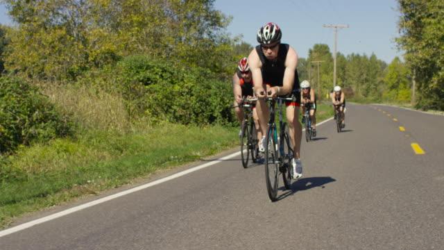 トライアスロンのトレーニングにトライアスロン競技者たち - sports training点の映像素材/bロール