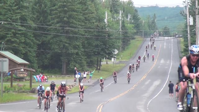 triathlon cyclists to camera in ironman lake placid - salmini 個影片檔及 b 捲影像