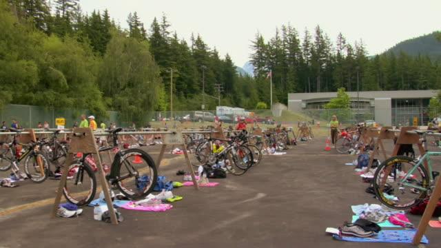 vídeos y material grabado en eventos de stock de ws t/l triathlon race competitors bikes in parking lot / squamish/whistler, british columbia, canada - triatlón