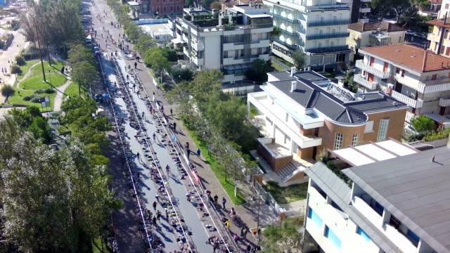 vídeos y material grabado en eventos de stock de triathlon_race italia-exchange_with_bike_from_above - triatlón