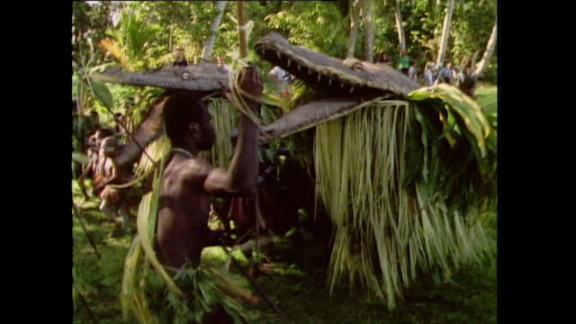 stockvideo's en b-roll-footage met tribal men perform traditional dance in papua new guinea; 1985 - kleding