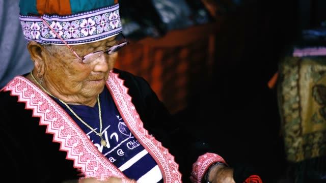vídeos y material grabado en eventos de stock de tribu mujer hacer un bordado - tejer