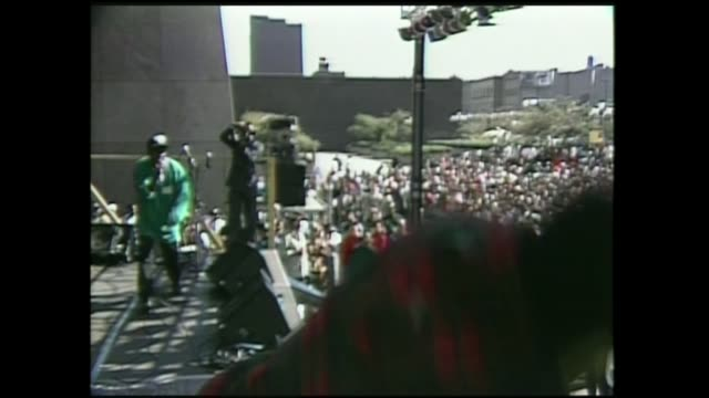 stockvideo's en b-roll-footage met a tribe called quest performs in harlem nyc 125th st 1990 - hiphop