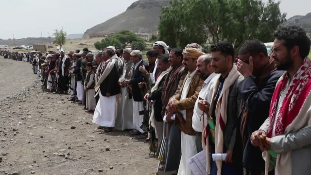 tribesmen loyal to the houthi group participate in an armed tribal gathering supporting the forces of the houthi movement in their battling against... - 武器庫点の映像素材/bロール