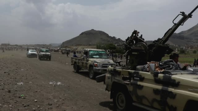 tribesmen loyal to the houthi group ride trucks mounted with machine guns while they parade during an armed tribal gathering supporting the forces of... - yemen bildbanksvideor och videomaterial från bakom kulisserna