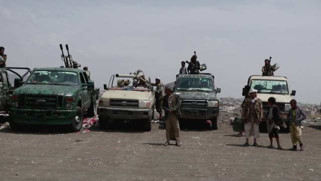 tribesmen loyal to the houthi group stand near trucks mounted with machine guns, as they participate in an armed tribal gathering supporting the... - 武器庫点の映像素材/bロール