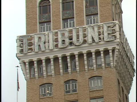 vidéos et rushes de cu tribune sign zo to la of the tribune tower and surrounding buildings including gateway savings bank from street level - tribune tower
