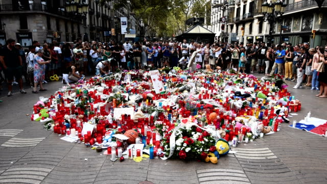 vídeos y material grabado en eventos de stock de tributes are placed on las ramblas near the scene of thursday's terrorist attack on august 19 2017 in barcelona spain a nationwide manhunt continues... - isis