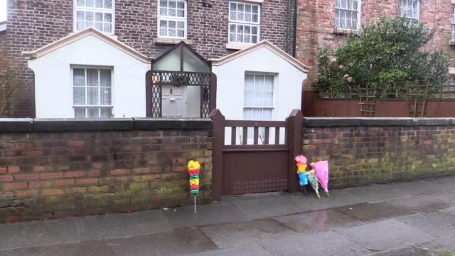 vidéos et rushes de tributes left outside the home of sir ken dodd in knotty ash liverpool the entertainer has died aged 90 - ken dodd