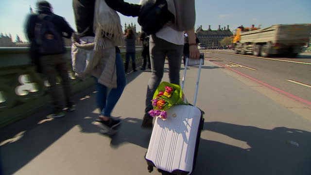 tributes on westminster bridge for the victims of the westminster terror attack - westminster bridge stock-videos und b-roll-filmmaterial