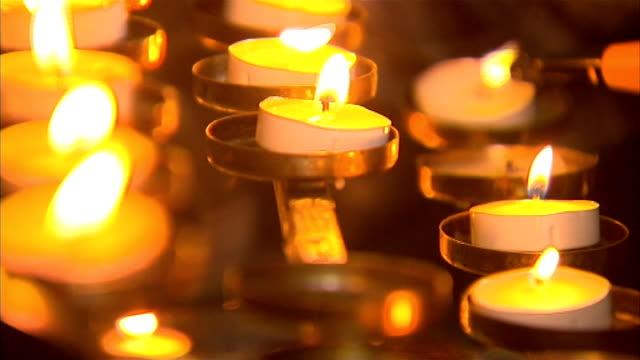 tributes pour in for murdered teacher; england: yorkshire: leeds: halton moor: int local people lighting candles for murdered school teacher ann... - lärarinna bildbanksvideor och videomaterial från bakom kulisserna