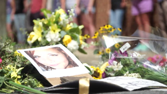 stockvideo's en b-roll-footage met tributes to heather heyer who was killed during the violence in charlottesville virginia - dood begrippen