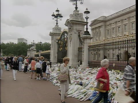 tributes to princess diana in her memory are outside of buckingham palace. princess diana died in a car crash in the pont de l'alma road tunnel in... - crash stock videos & royalty-free footage