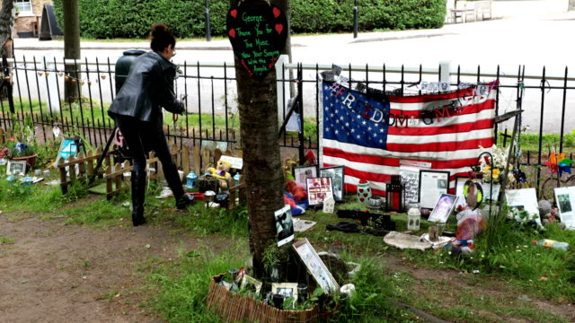 vídeos y material grabado en eventos de stock de tributes to the british musician george michael sit outside his former home in an unofficial memorial garden in highgate on may 25 2018 in london... - santuario