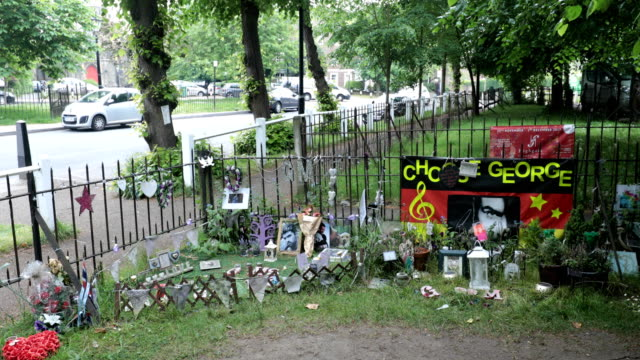 vidéos et rushes de tributes to the british musician george michael sit outside his former home in an unofficial memorial garden in highgate on may 25 2018 in london... - sanctuaire
