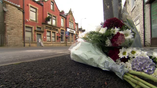 tributes to woman killed in boxing day hit and run police pursuit in blackburn england lancashire blackburn rishton ext floral tributes flowers at... - temporäre gedenkstätte stock-videos und b-roll-filmmaterial