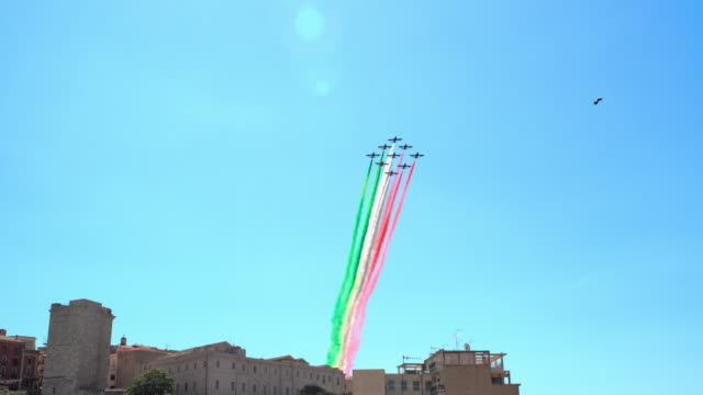 tricolor arrows in cagliari, sardinia on 27 may, 2020: the national acrobatic patrol of 10 aermacchi mb-339pan fly over the sky of sardinia on the... - italienische flagge stock-videos und b-roll-filmmaterial