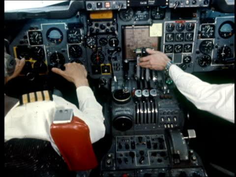 crew blamed trident crash report crew blamed bv flight deck undercarriage retracted - 三叉槍点の映像素材/bロール