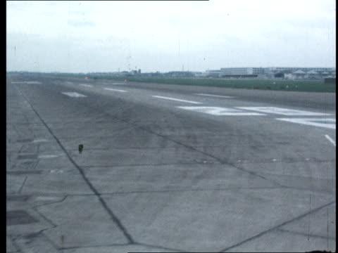 crew blamed trident crash report crew blamed track along runway '28r' bv flight deck brakes released - 三叉槍点の映像素材/bロール