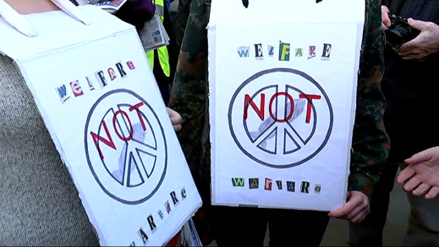 vidéos et rushes de london ext protesters with placards and banners campaigning against trident nuclear missiles at ministry of defence building - bombe atomique