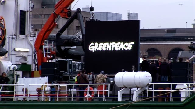 vidéos et rushes de trident nuclear missile system: damon albarn joins protests in london; england: london: ext greenpeace boat on river thames with people on deck and... - arme nucléaire