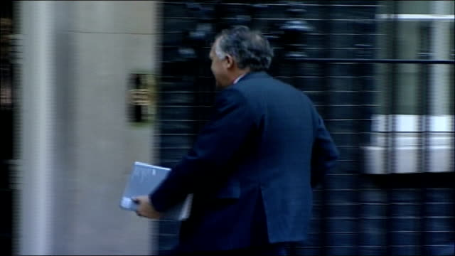 vidéos et rushes de blair announces plans for a new generation of nuclear missiles; england: london: downing street: ext peter hain mp walking into no 10 patricia hewitt... - arme nucléaire