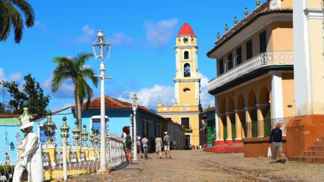 trinidad, cuba: ambience at the main plaza, establishing shot including the saint francis of assisi - franziskus kirche stock-videos und b-roll-filmmaterial