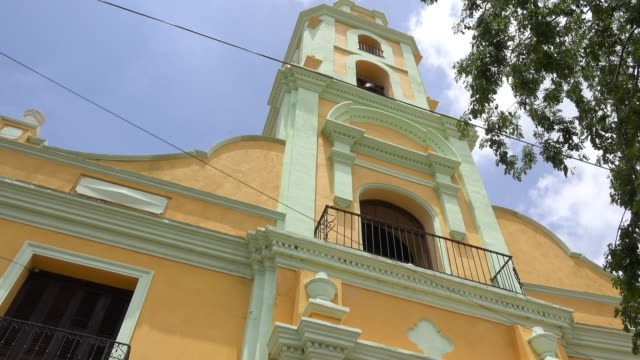 trinidad, cuba: bell tower of saint francis of assisi convent or church in the main colonial plaza of the village. the famous place is a unesco world heritage site - franziskus kirche stock-videos und b-roll-filmmaterial