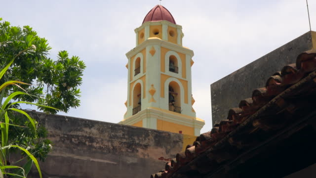 trinidad, cuba: bell tower of the convent church saint francis of assisi in the centre of the colonial village - 女子修道院点の映像素材/bロール