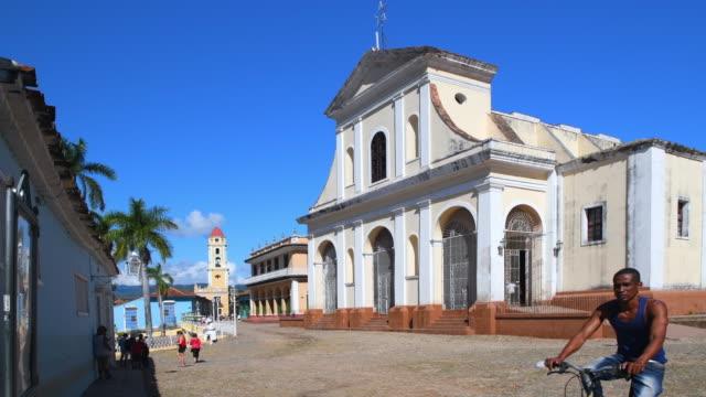 trinidad, cuba: church of the holy trinity in the village main square - osteuropäische kultur stock-videos und b-roll-filmmaterial
