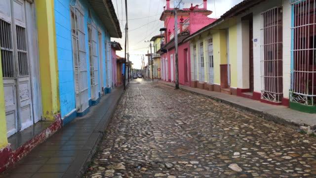 vídeos y material grabado en eventos de stock de trinidad, cuba: walking the cobblestone streets of the colonial village, point of view image - colonial